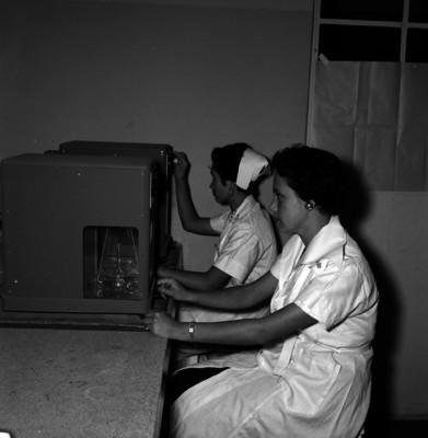 Enfermeras controlan aparatos de medición