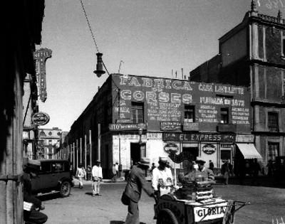 Edificios comerciales y gente en la calle primera de Palma en Ciudad de México