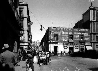 Edificios comerciales y gente en la calle de Palma