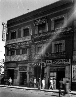 Edificio comercial con el N° 6 de la calle del Seminario