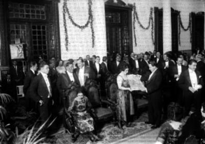 Alonso Romero, presidente municipal entregando el pergamino que declaro (La Iris como) 'Hija predilecta de México'