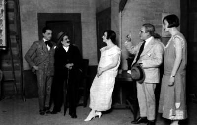 Emilia Castillo y actores durante una escena teatral