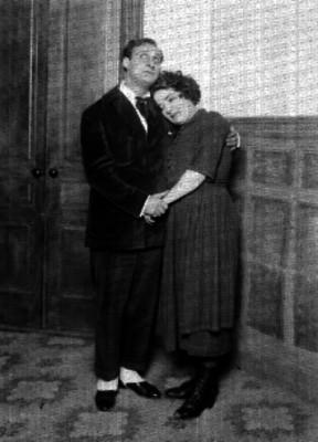 María Tubau recargada en el hombro de un actor, durante una escena teatral