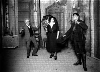 Julio Taaboada junto a dos actores realizando una escena teatral