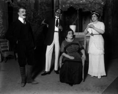 María Luisa Villegas con un grupo de actores en una escena teatral