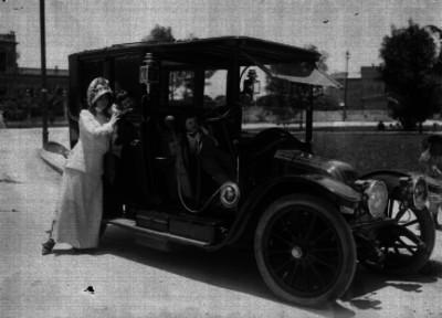Esperanza Iris con sus hijos en un automóvil