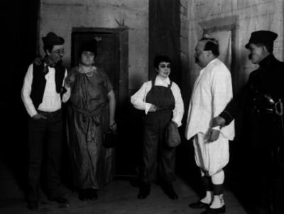 Gudalupe Rivas Cacho y otros actores durante una escena teatral