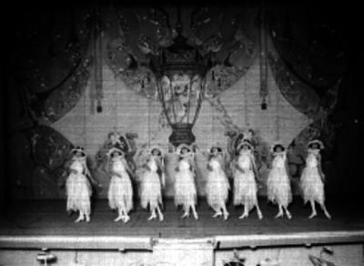 Bailarines actuando en una obra de teatro