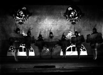 Bailarines con atuendo de fantasía durante una escena teatral