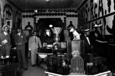 Exhibición de aparatos radiofónicos en una tienda