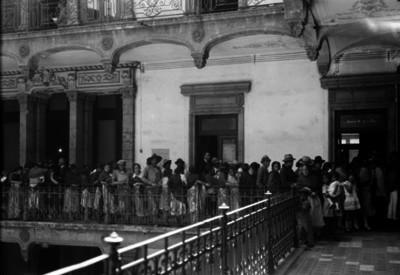 Gente formada a un costado del Juzgado 4o. de lo civil y oficina de los censos
