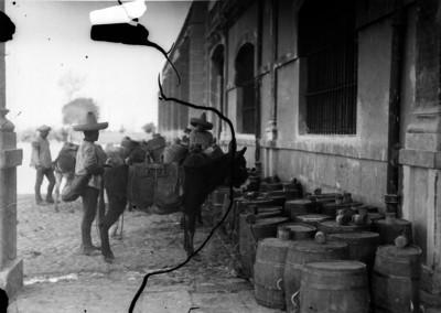 Tlachiqueros cargan barriles en una hacienda pulquera