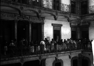 Gente en los pasillos del Palacio de Justicia