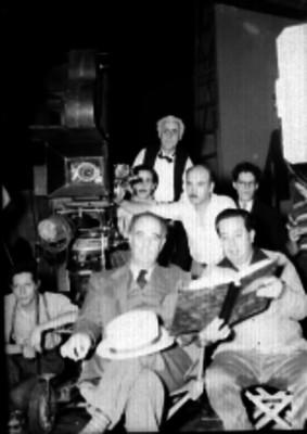 Staf de producción durante una filmación cinematográfica, retrato de grupo