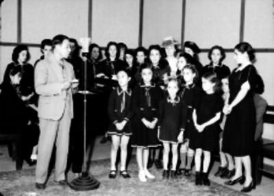 Alumnos de una escuela participando durante una transmisión de la XERH