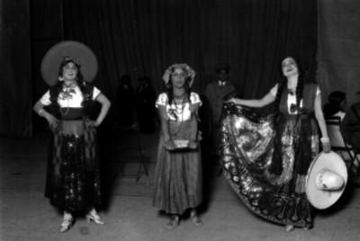 Mujeres vestidas con trajes folclóricos, probablemente cantantes de música vernácula