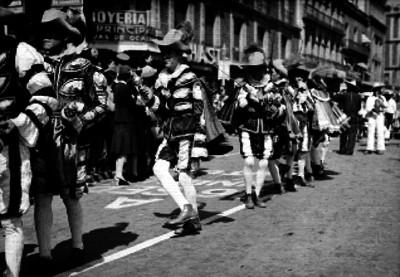 Danzantes santiagueros desfilando por una calle