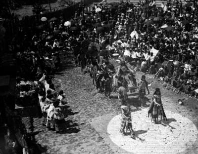 Representación de una ceremonia prehispánica, en una calle