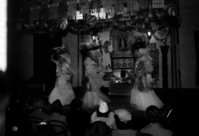 Tehuanas bailando frente a un altar