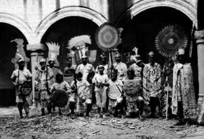Personas con indumentaria prehispánica