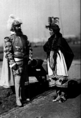 Hombre con traje prehispánico y otro vestido de soldado español del S. XV