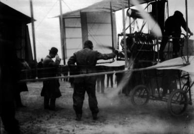 Alberto Braniff y otros hombres probando el motor del aeroplano Voisin en los llanos de Balbuena