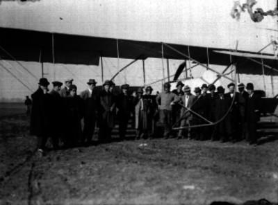 Alberto Braniff y otros hombres junto a un aeroplano, retrato de grupo