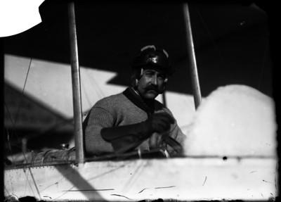 Alberto Braniff a bordo del Biplano Farman, retrato