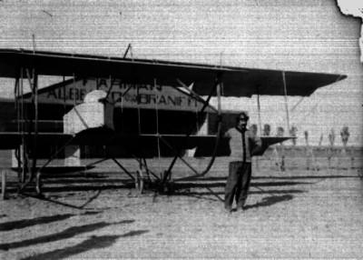 Alberto Braniff junto al Biplano Farman