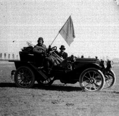 Alberto Braniff y otro hombre, abordo de un automóvil en los llanos de Balbuena