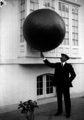 Alberto Braniff con un globo a escala para medir la capacidad ascensional del gas doméstico