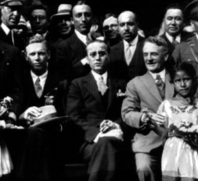 Charles Lindbergh, Dwight Morrow y otras personas en una ceremonia, retrato de grupo