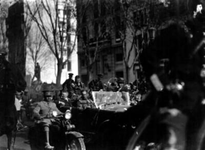 Charles Lindbergh, Dwight Morrow y militares a bordo de automóvil durante recepción popular en calle de la Cd