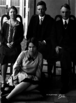 Charles Lindbergh acompañado de Dwight Morrow y su familia, retrato de grupo
