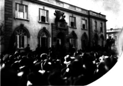 Charles Lindbergh, Dwight Morrow y otras personas en el balcón principal de la embajada de EUA saludan a la multitud