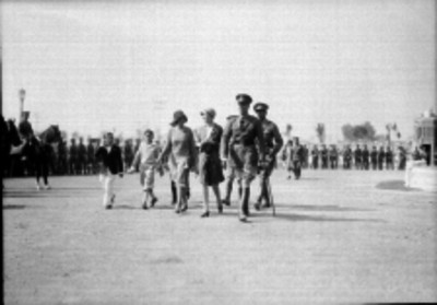 Pablo Sidar y miembros de su familia camonando en un campo militar