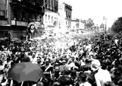 Cortejo fúnebre de Emilio Carranza a su paso por la Avenida Juárez