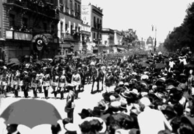 Contingentes militares formando parte del sepelio de Emilio Carranza a su paso por la Avenida Juárez