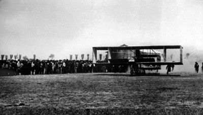 Alberto Braniff abordo del biplano Voisin en los llanos de Balbuena