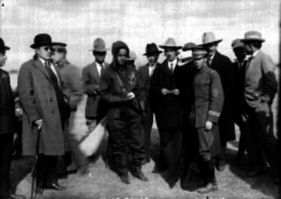 Samuel Rojas, Alberto Salinas y otros hombres en los campos de Balbuena, retrato de grupo