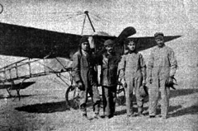 Eduardo y Juan Pablo Aldasoro acompañados de Horacio Ruiz y Miguel Lebrija junto a un Bleriot, publicación