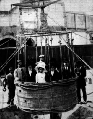 Pasajeros a bordo de el globo cautivo para efectuar una ascención