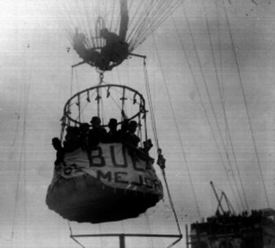 Pasajeros a bordo de globo cautivo para una ascención