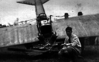 Juan Pablo Aldasoro junto al avión en que se accidentó
