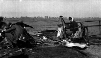 Eduardo Aldasoro sentado en los restos de su avión después del accidente