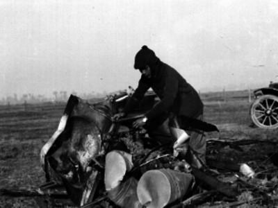 """Eduardo """"Aldasoro"""" revisando los restos del motor del avión en el que se accidentó"""