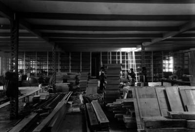 Carpinteros elaboran cajones de madera en una construcción