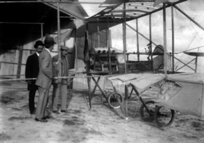 Alberto Braniff y otros hombres junto a los restos del Voisin