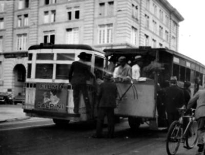 Camiones de pasajeros circulando por una calle