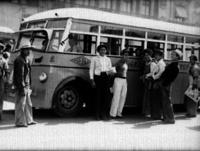 Civiles junto a un camión de pasajeros